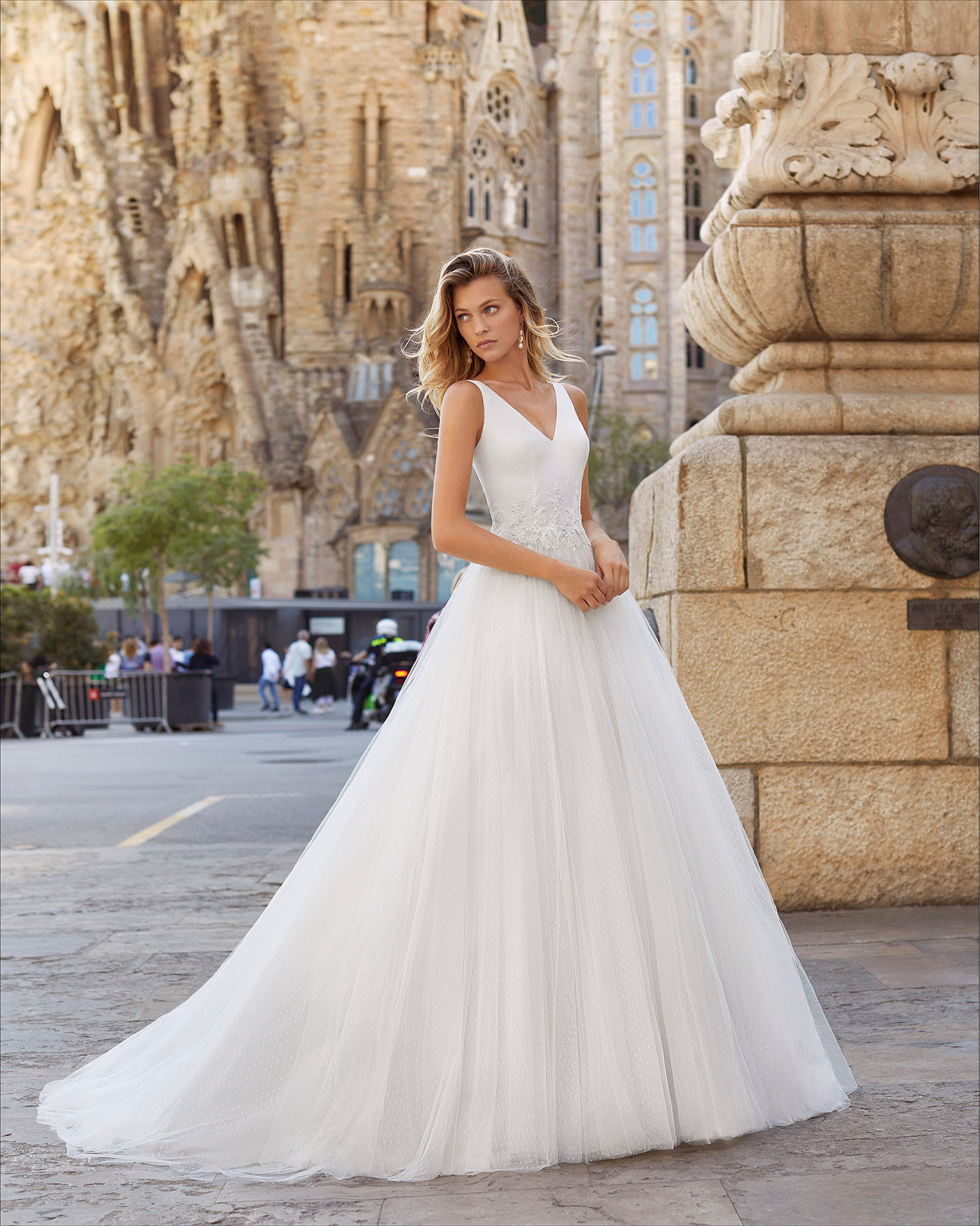 Vestido de novia estilo romántico de tul plumeti, cuerpo de crep, encaje y pedrería. Escote y espalda en V . Colección  2021.
