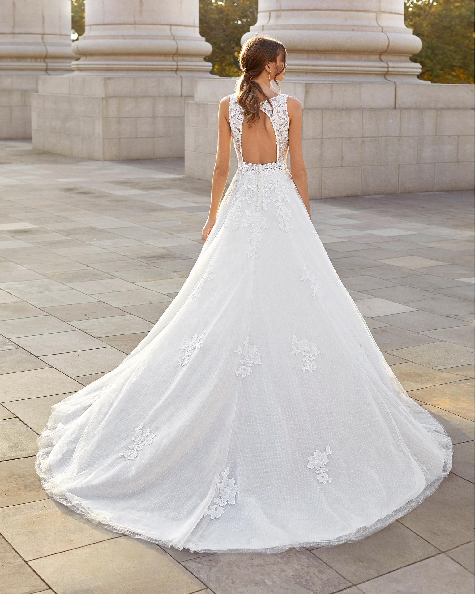 Vestido de novia corte evasé de tul plumeti, encaje y pedrería. Escote en V y espalda con abertura. Colección  2021.