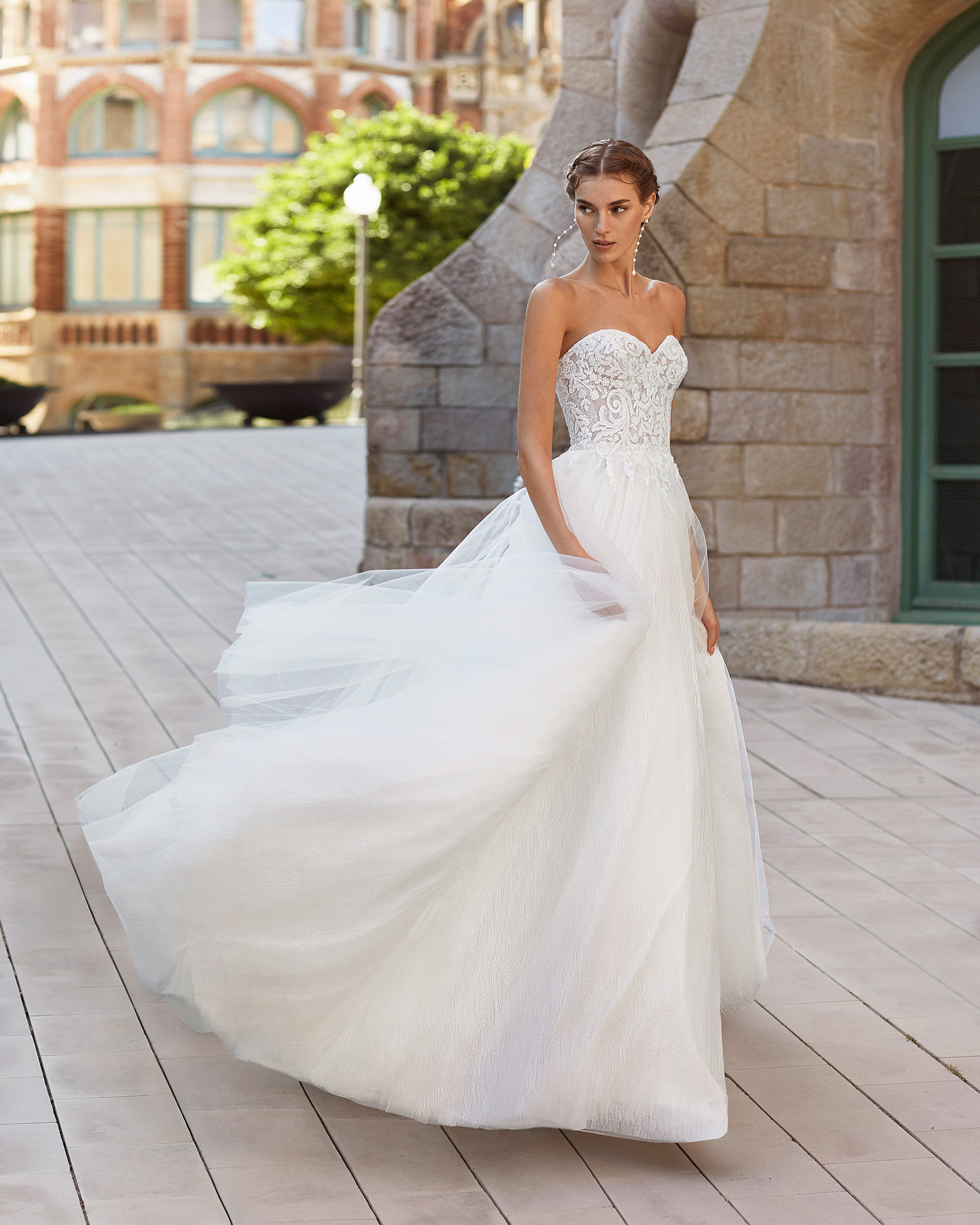 Princess-style wedding dress in beaded lace and tulle. Strapless neckline and glitter underskirt. 2021  Collection.