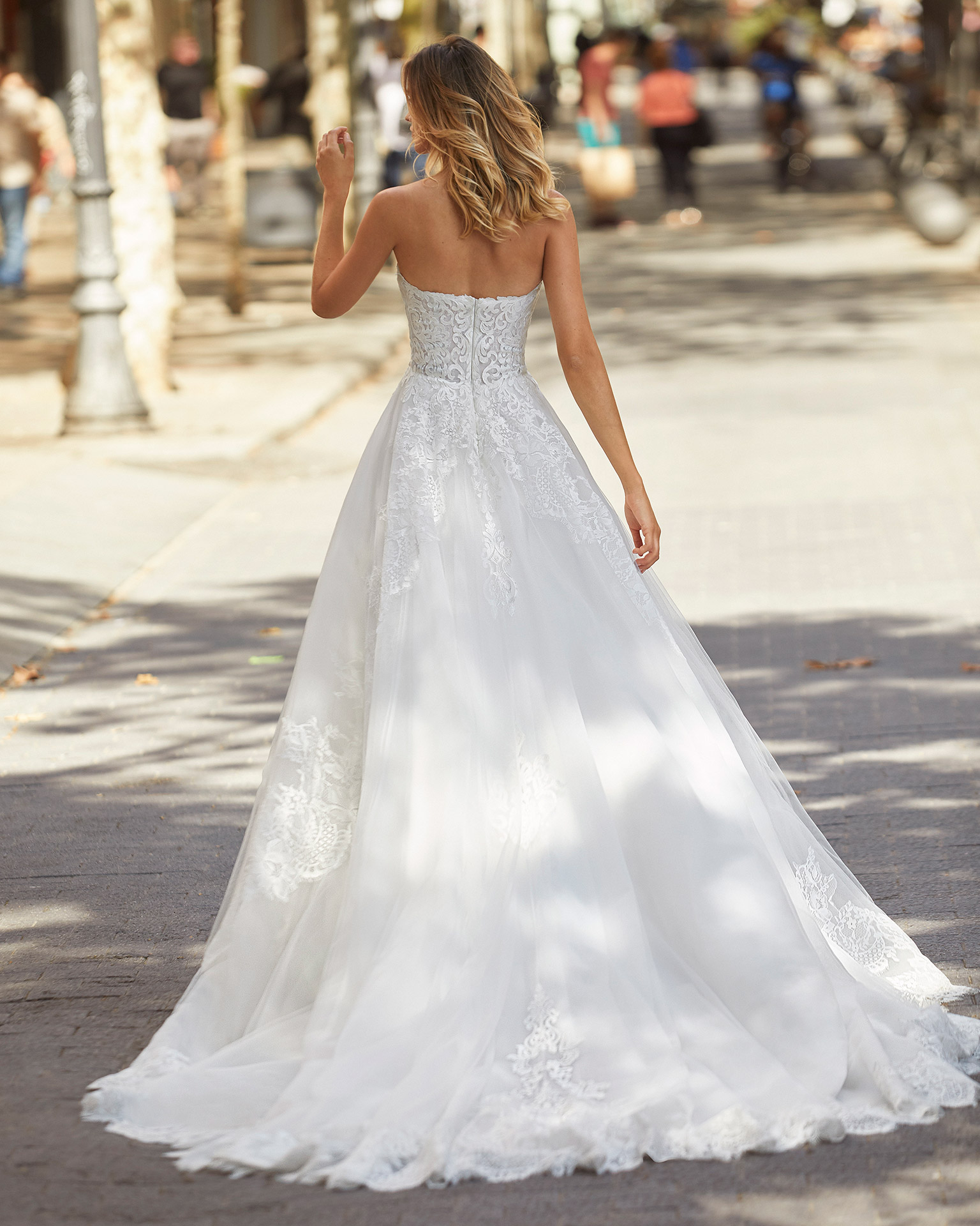 Romantic-style wedding dress in tulle and lace. Strapless neckline. 2021  Collection.