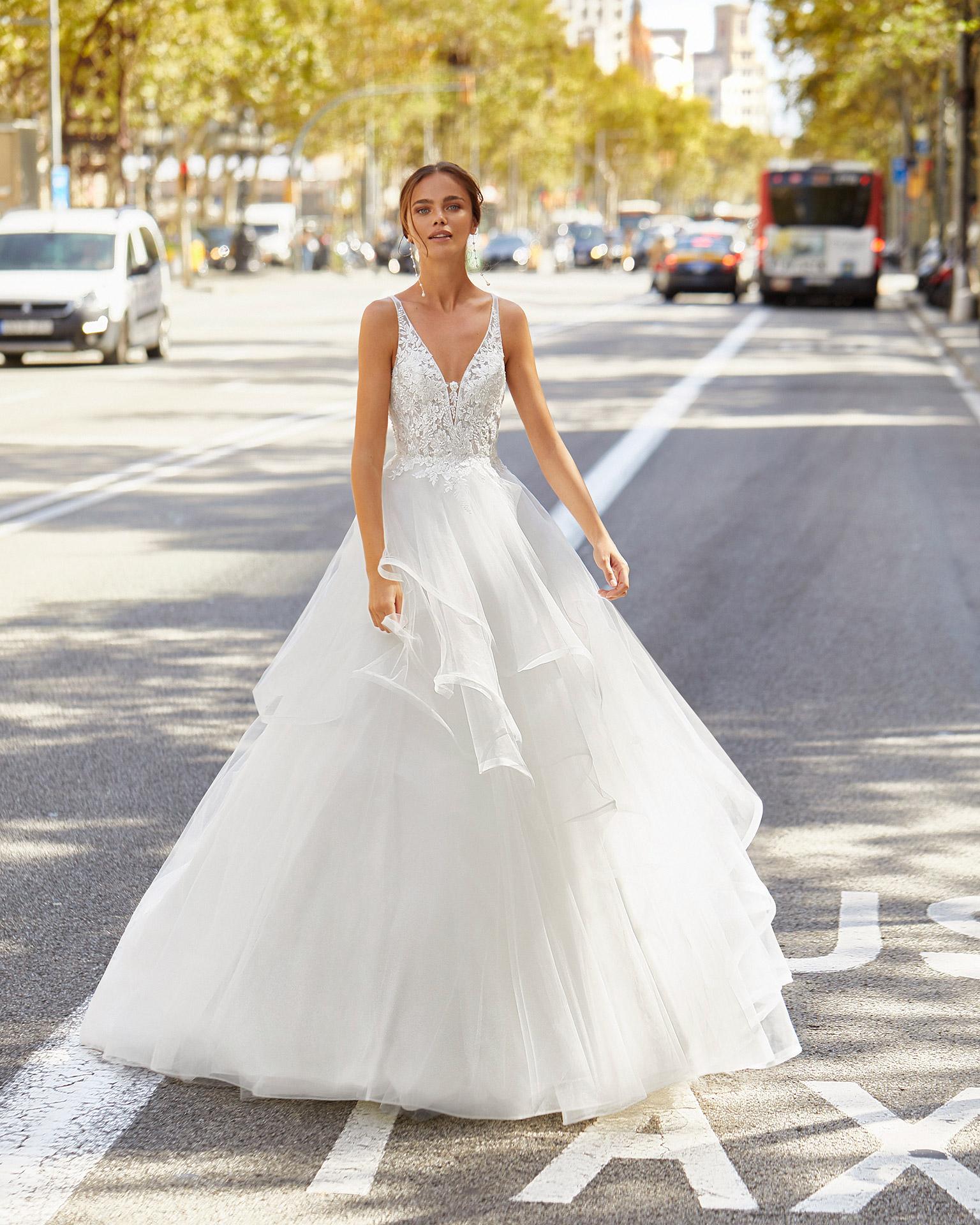 Vestido de novia estilo fantasía de tul, encaje y pedrería. Con escote pico y espalda escotada. Colección  2021.