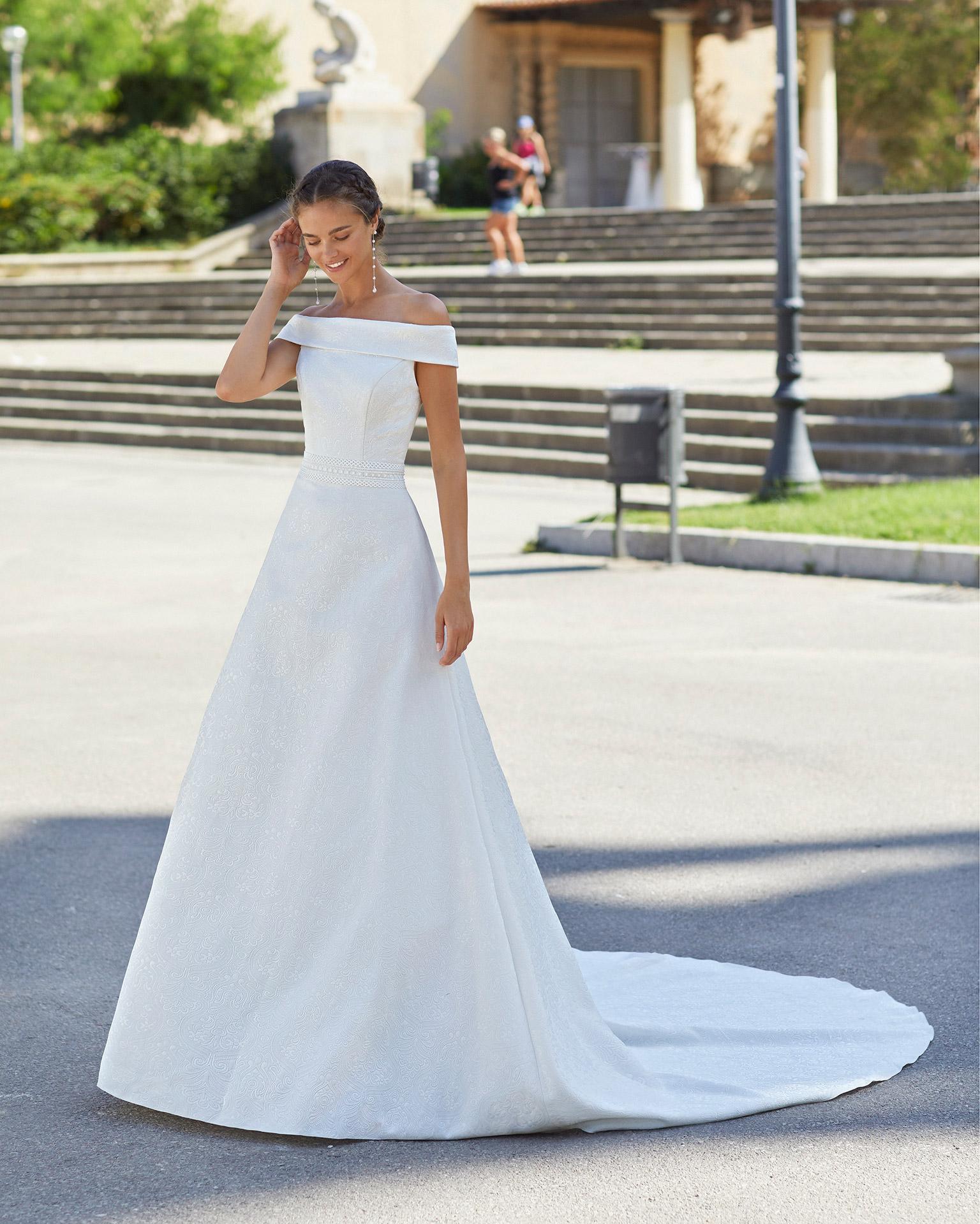 Vestido de novia estilo clásico de brocado, encaje y pedrería en cintura. Escote palabra de honor. Colección  2021.
