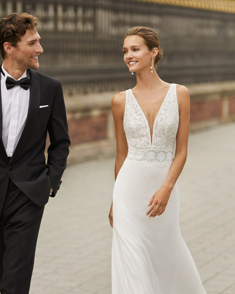 Vestido de novia ligero de georgette y encaje. Escote deep plunge y espalda en V. Colección  2022.