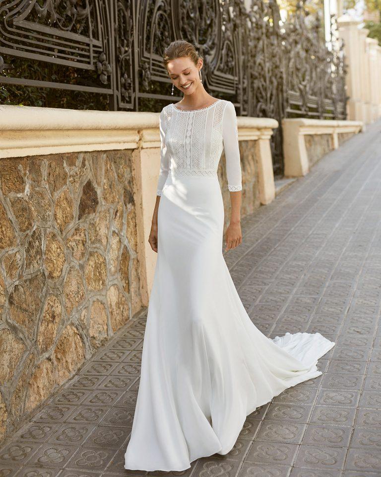 Vestido de novia ligero de georgette y pedrería en cintura. Escote barco, manga 3/4 y espalda escotada. Colección  2022.