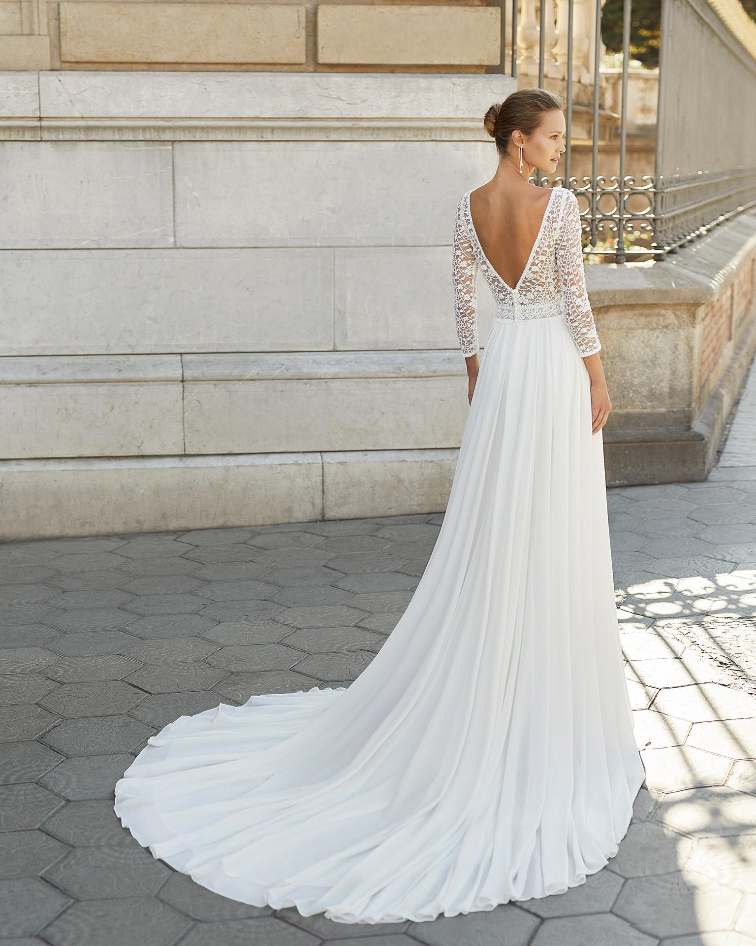 Vestido de novia ligero de georgette, encaje y pedrería. Escote barco, manga 3/4 y espalda en V. Colección  2022.