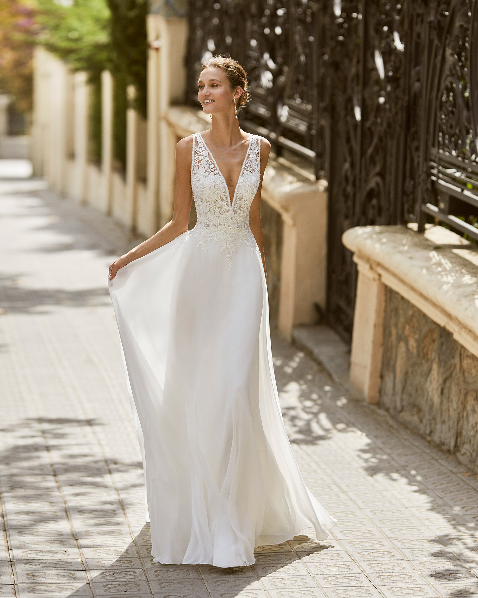 Vestido de novia ligero de gasa, encaje y pedrería. Escote en V y espalda con encaje aplicado. Colección  2022.