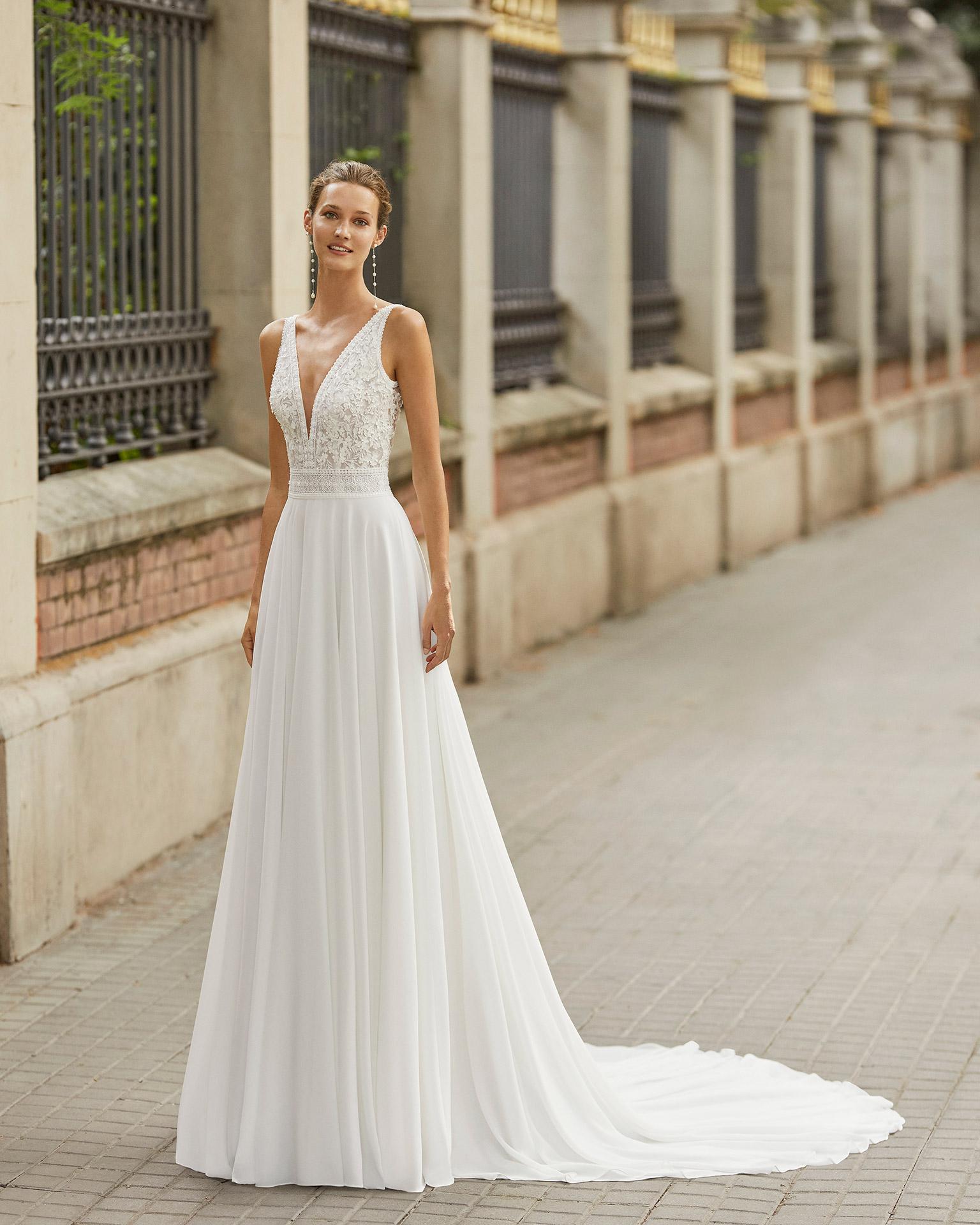 Vestido de novia ligero de georgette, encaje y pedrería. Escote deep plunge y espalda en V. Colección  2022.