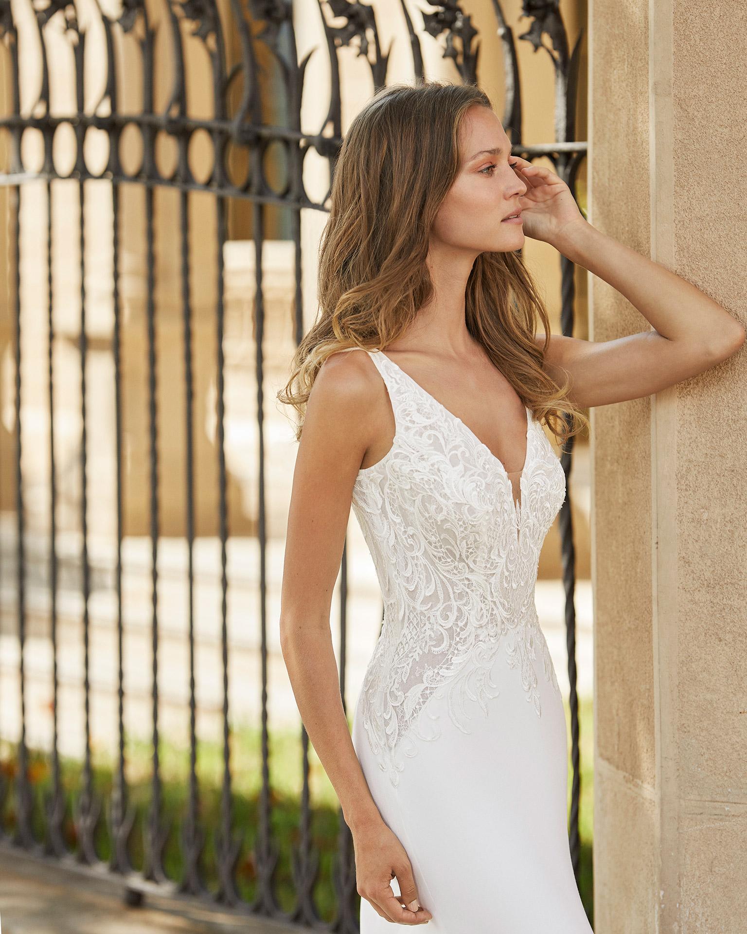 Vestido de novia corte recto de crep elástico con forro moldeador y encaje. Escote deep plunge y espalda escotada. Colección  2022.
