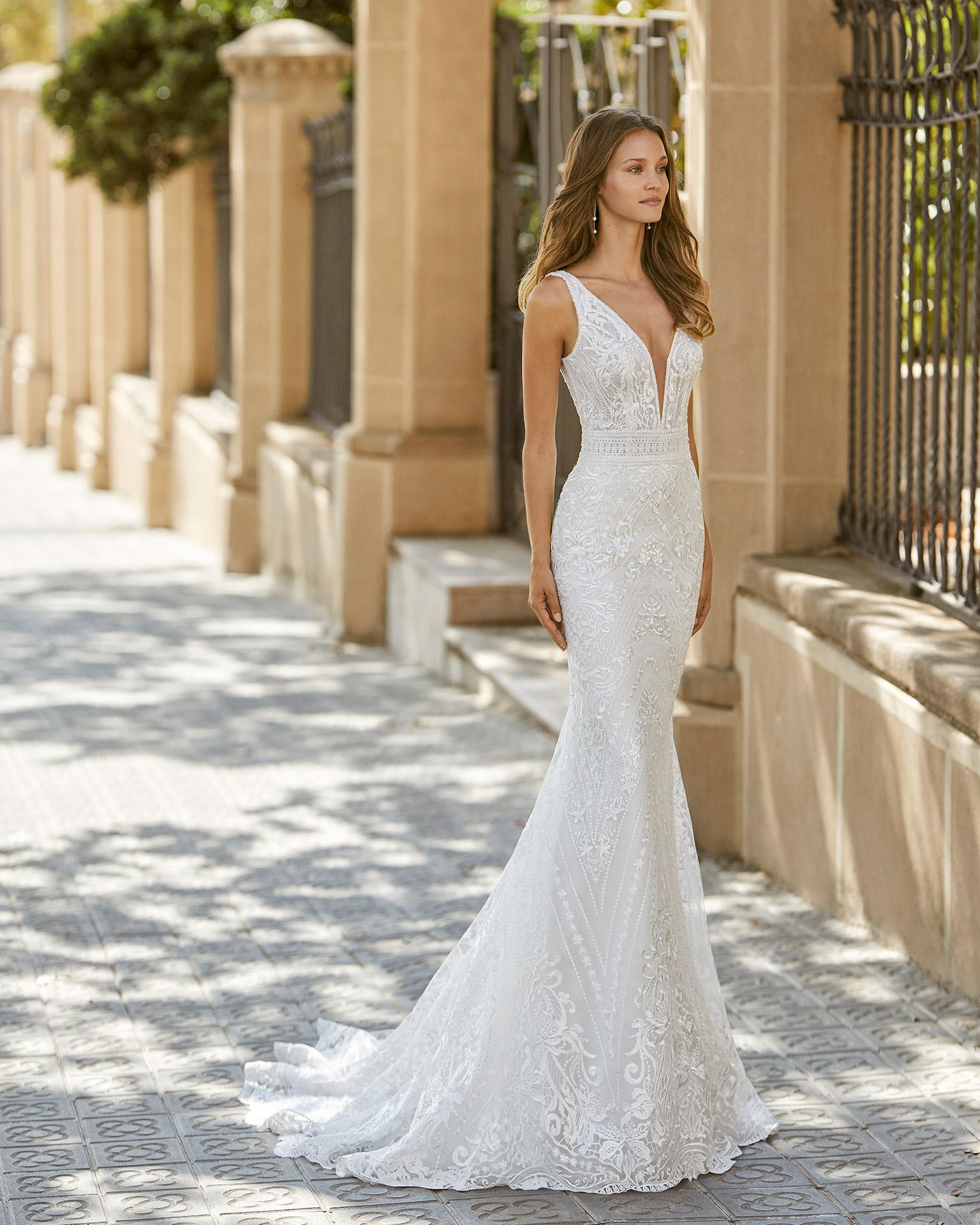 Vestido de novia corte sirena de encaje y pedrería. Escote deep plunge y espalda en V. Colección  2022.