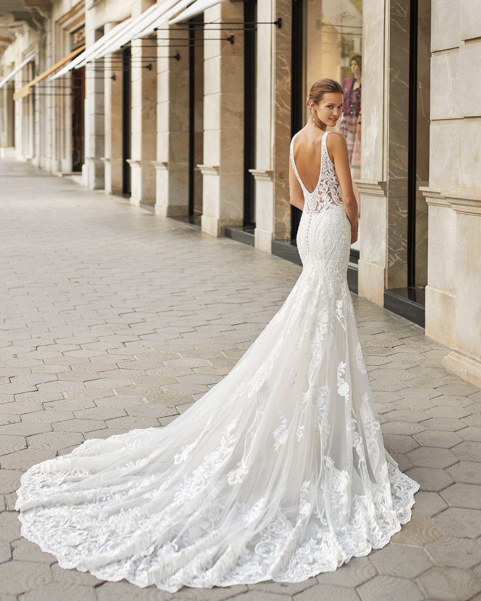 Vestido de novia corte sirena, encaje y pedrería. Escote deep plunge y espalda escotada. Colección  2022.