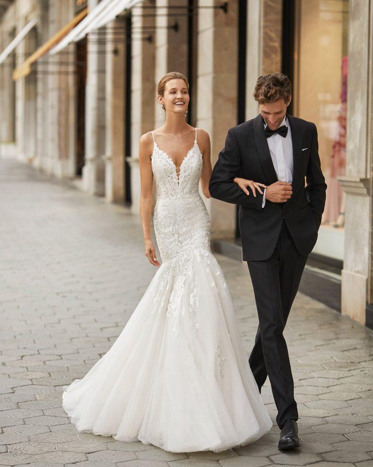 Vestido de novia de corte sirena, encaje, tul plumetti y pedrería en tirante. Escote deep plunge y espalda escotada. Colección  2022.