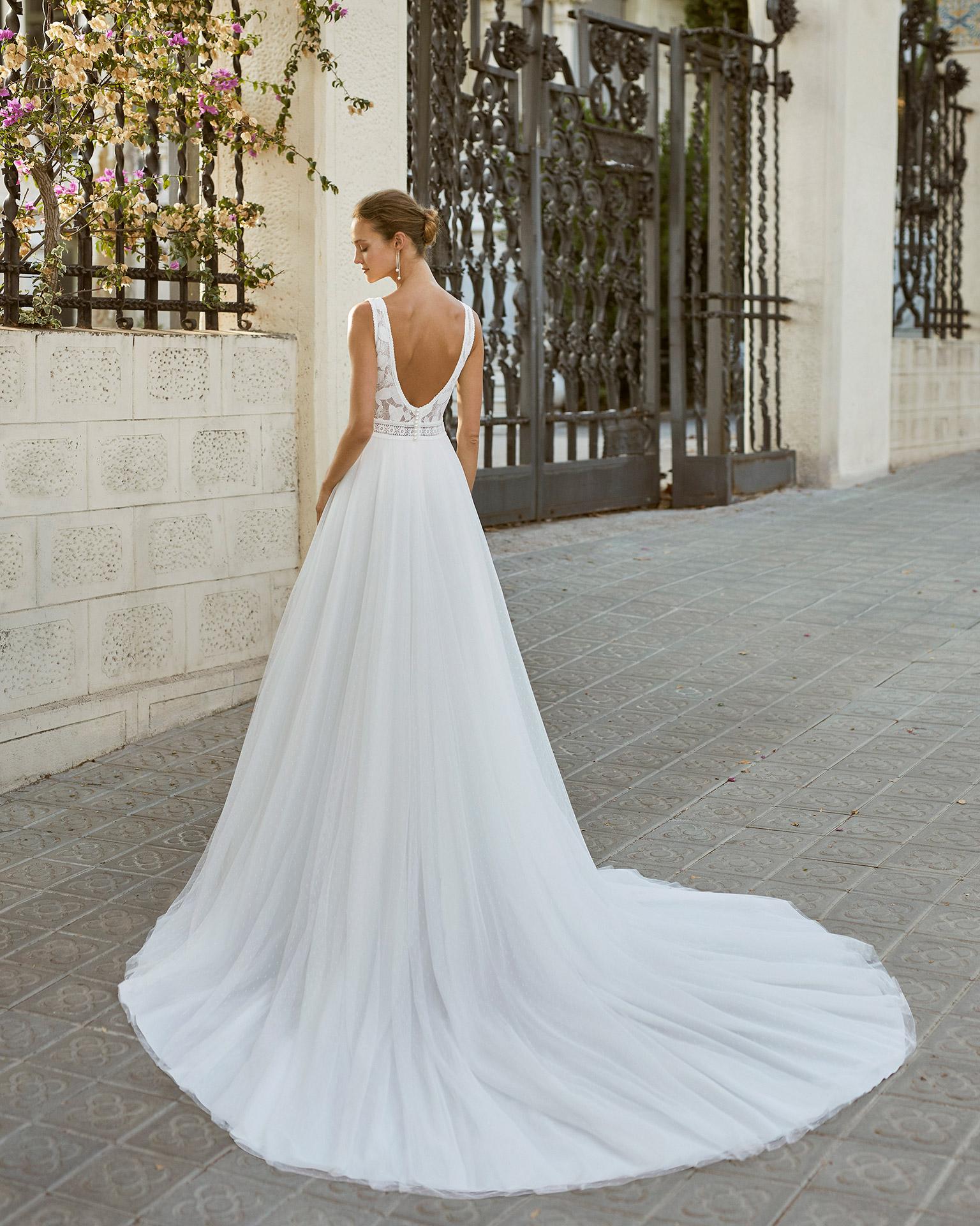 Vestido de novia de estilo romántico, tul plumetti y encaje. Escote deep plunge y espalda escotada. Colección  2022.