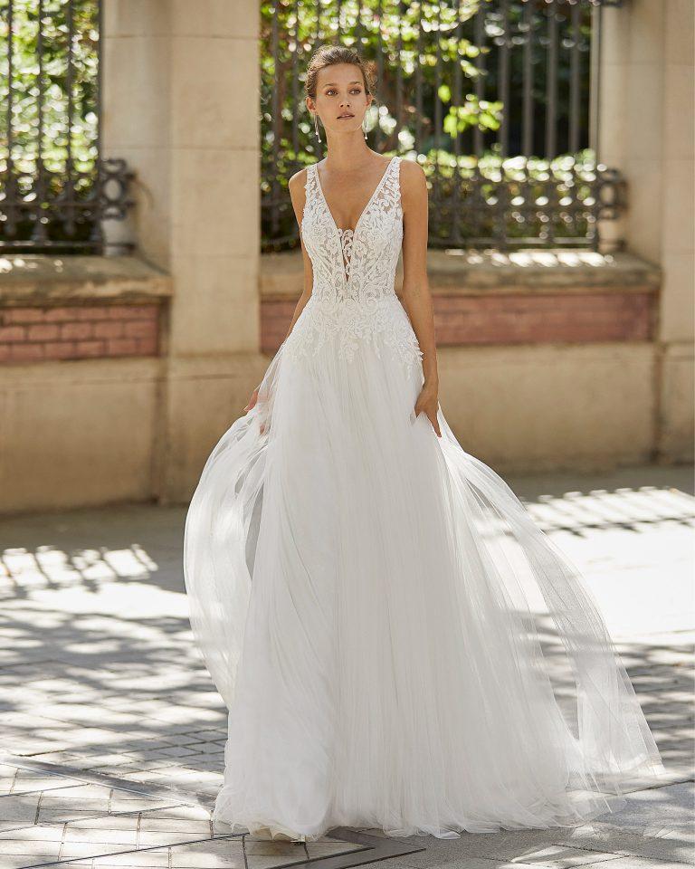 Vestido de novia de estilo romántico, tul suave, encaje y pedrería. Escote deep plunge y espalda en V. Colección  2022.