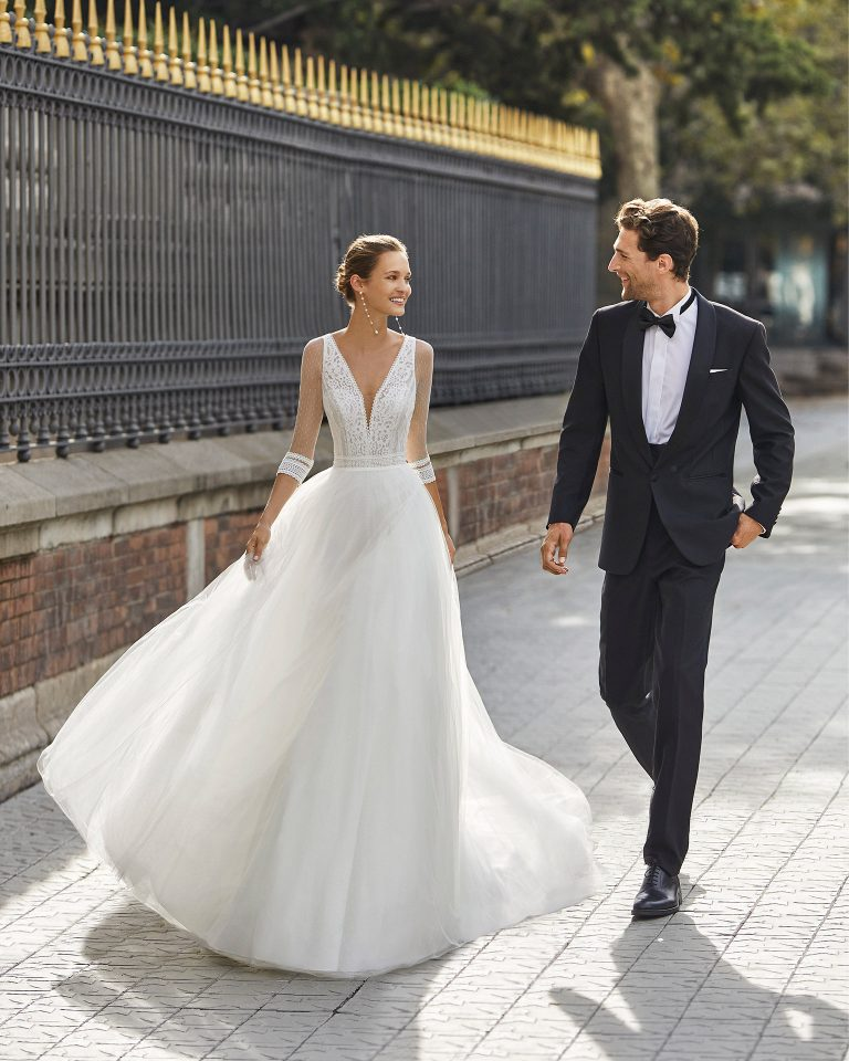 Romantic wedding dress, tulle and dot tulle underskirt, lace and beaded waist. Deep-plunge neckline, V-back and 3/4-length dot tulle sleeves. 2022  Collection.