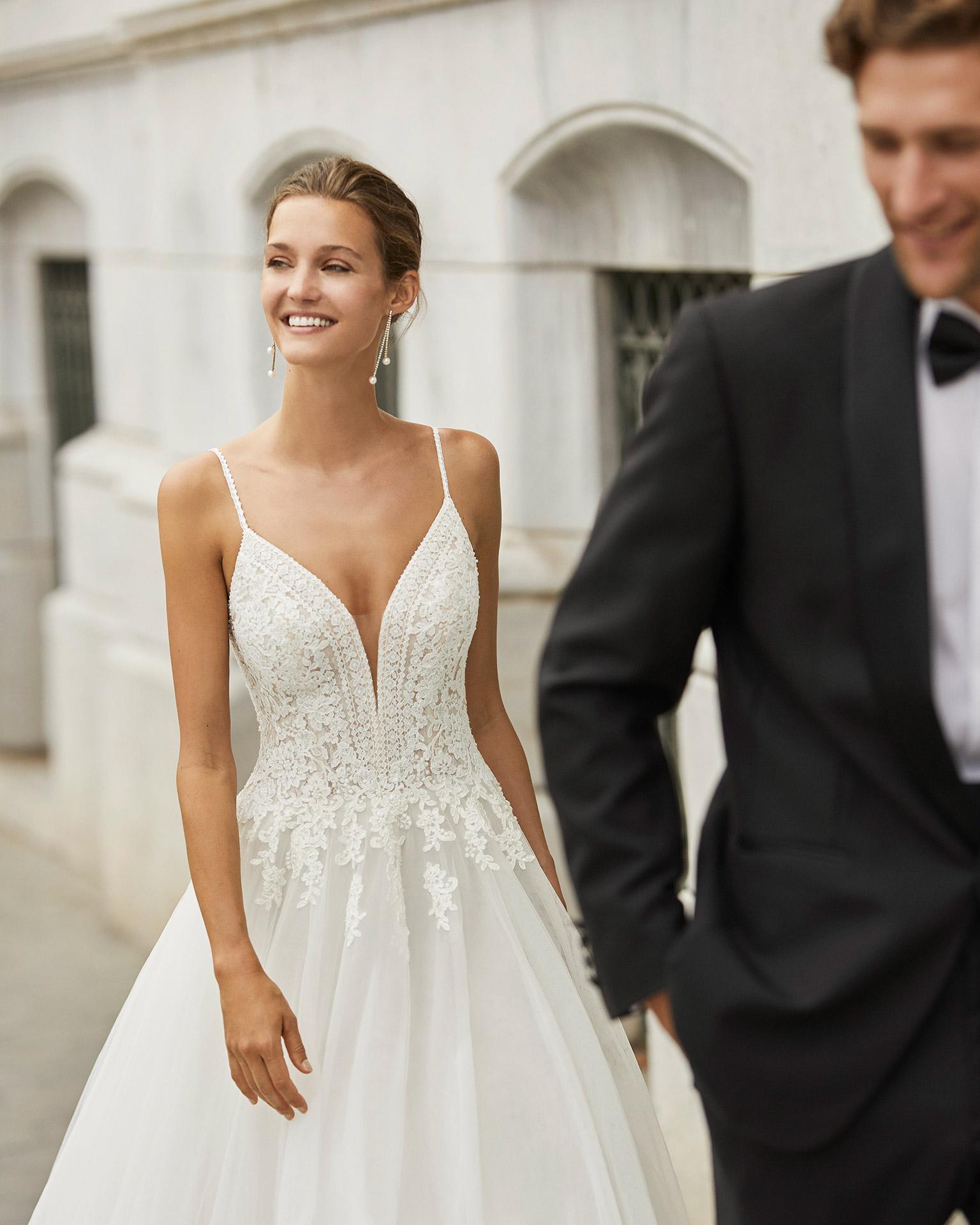 Vestido de novia de estilo elegante, tul, encaje y pedrería. Escote deep plunge y espalda en V. Colección  2022.