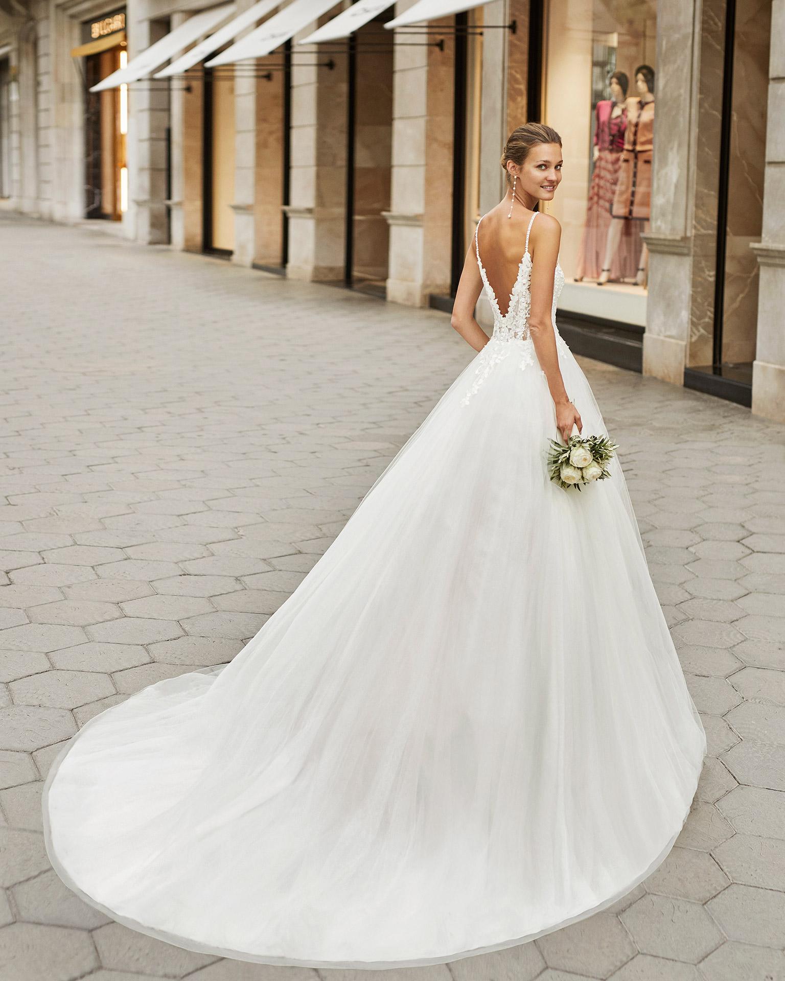 Vestido de novia de estilo romántico, tul y tul plumetti en interior de la falda, encaje y pedrería. Escote deep plunge y espalda en V. Colección  2022.