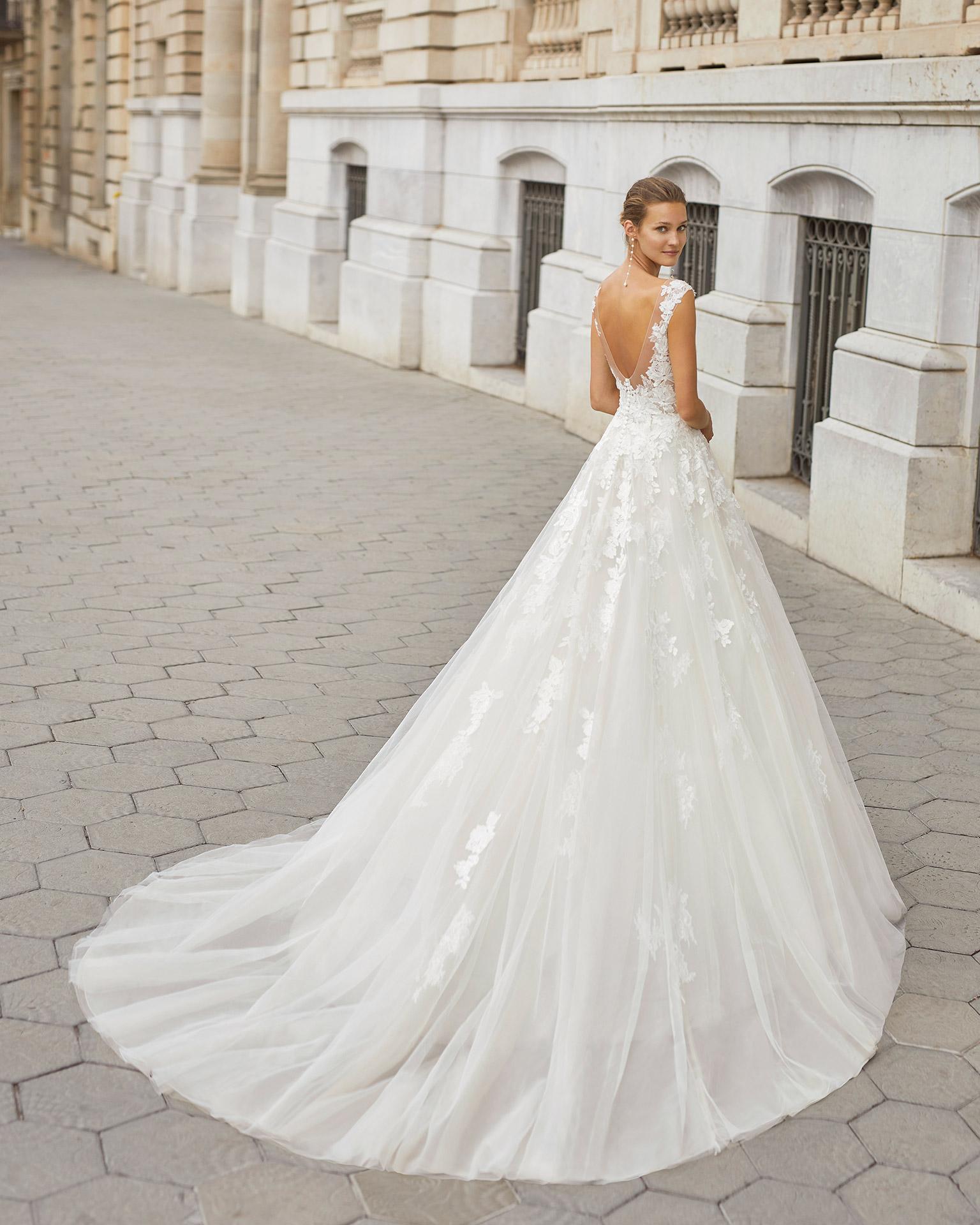 Vestido de novia de estilo linea A, tul, encaje y pedrería. Escote barco y espalda en V. Colección  2022.