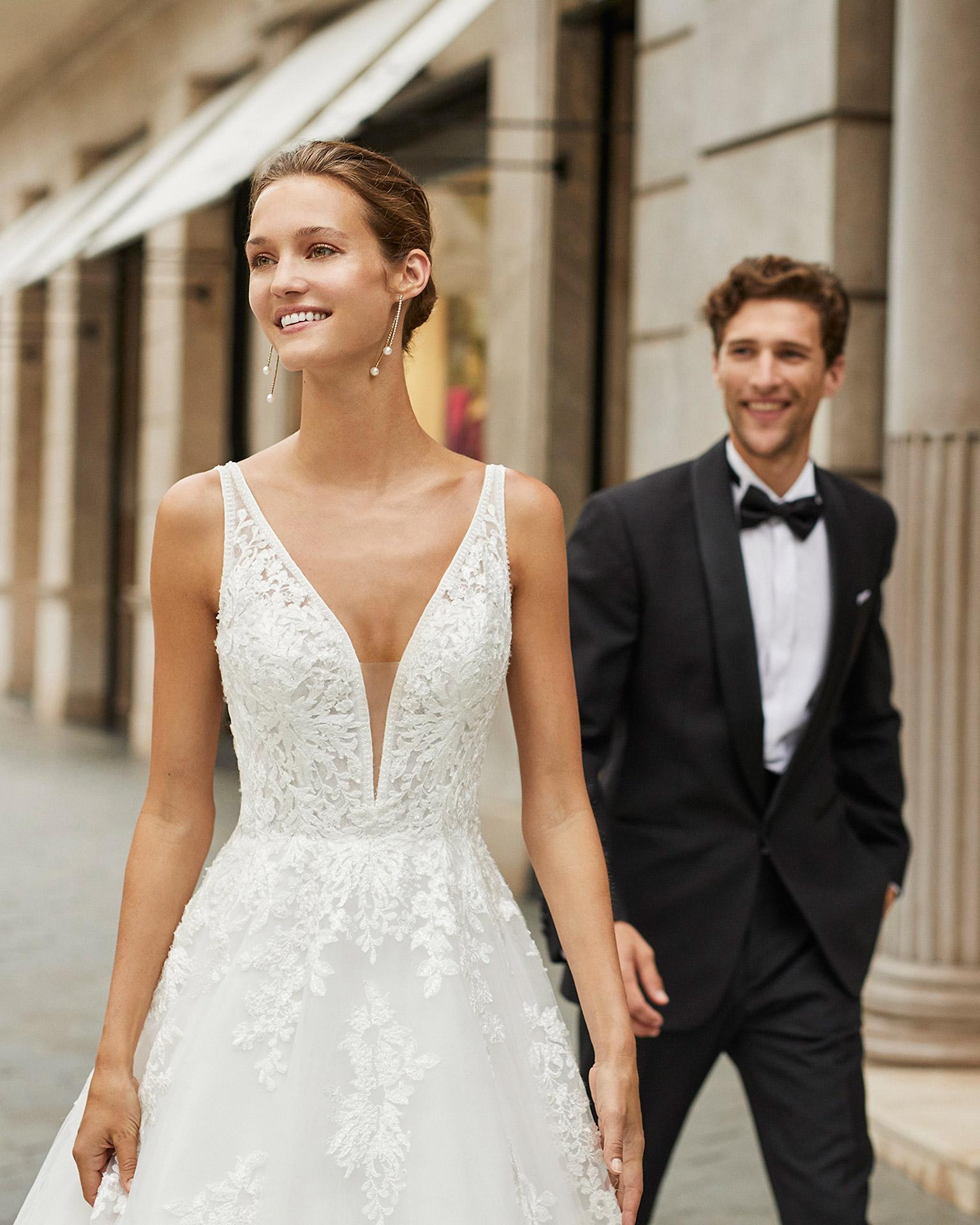 Vestido de novia de estilo linea A, tul, encaje y pedrería. Escote deep plunge y espalda en V. Colección  2022.