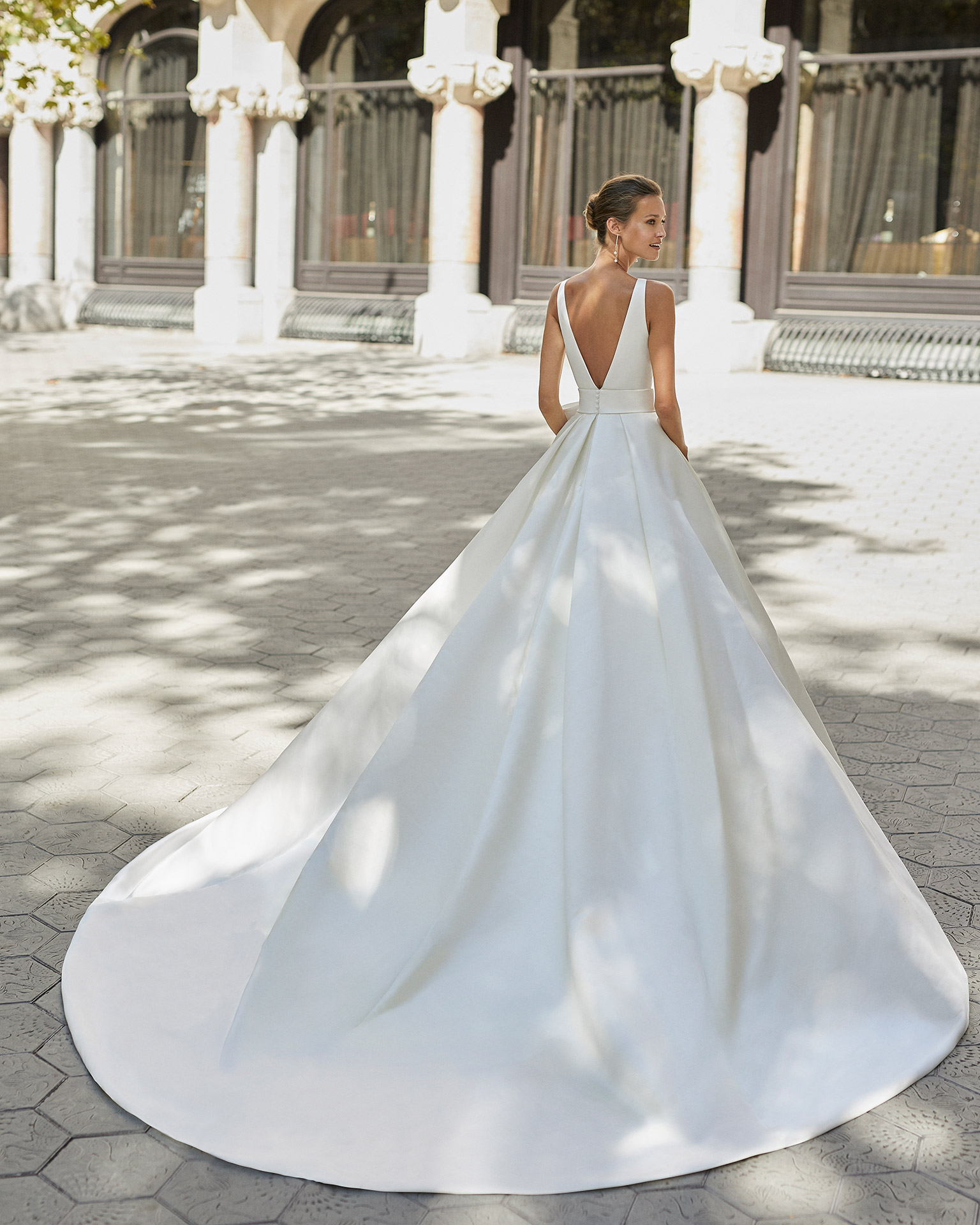 Classic wedding dress, satin and dot tulle. With V-neck and V-back. 2022  Collection.